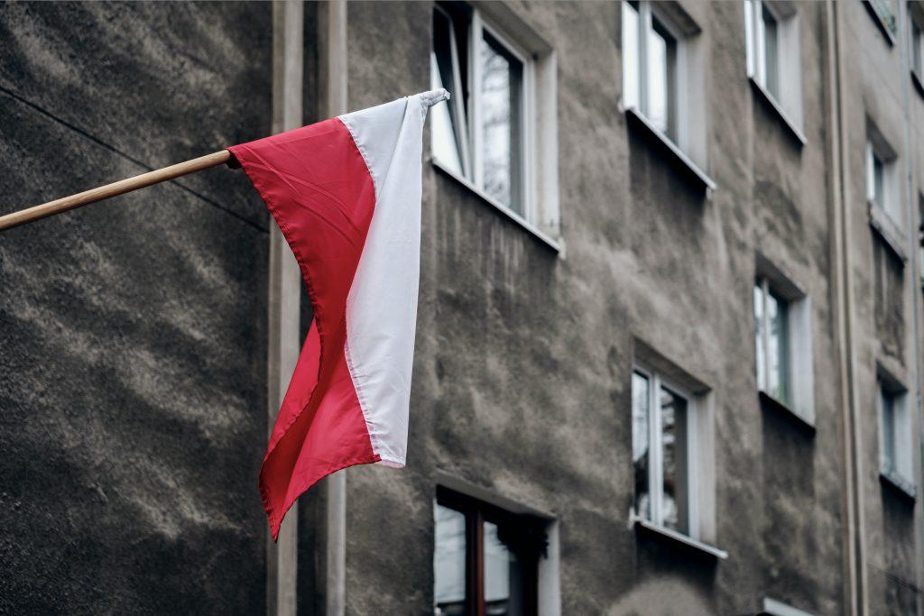 La bandiera della Polonia su un palazzo di Nowa Huta