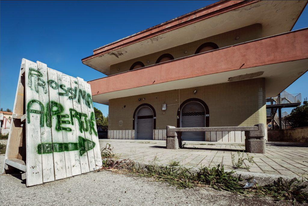"""Palazzo abbandonato con un cartello """"prossima apertura"""", Ischitella"""