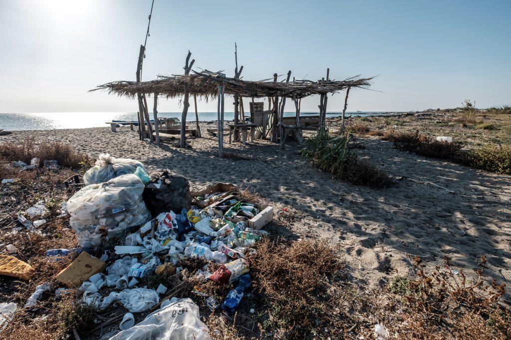 Un osservatorio sulla Spiaggia dei Variconi, fra i rifiuti