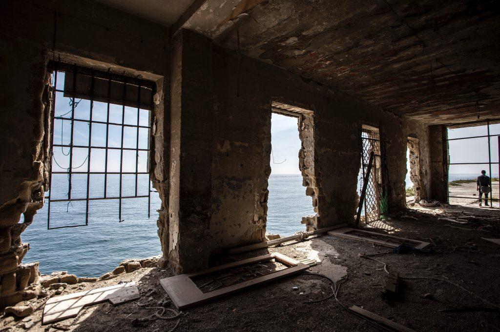 Palazzo abbandonato sul mare, Napoli